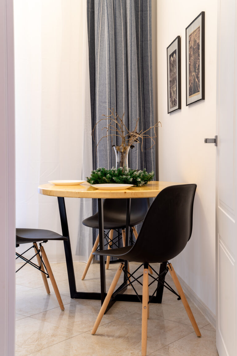 Стол из дерева и черные стулья