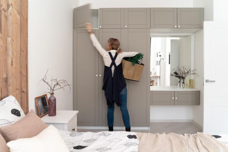 дизайн встроенного серого шкафа