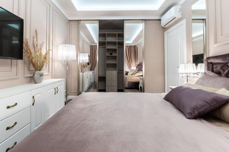 Интерьер гардеробной с раздвижными дверями