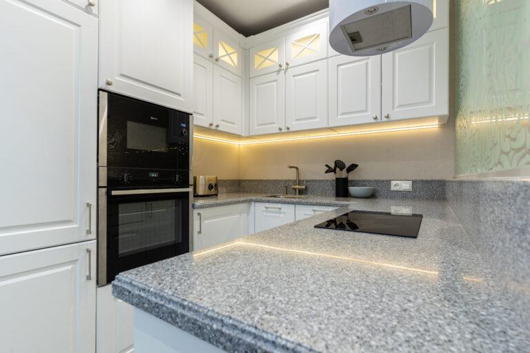 Фото кухни с каменной столешницей