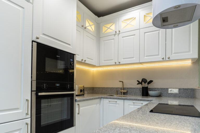 Фото дизайна белой кухни
