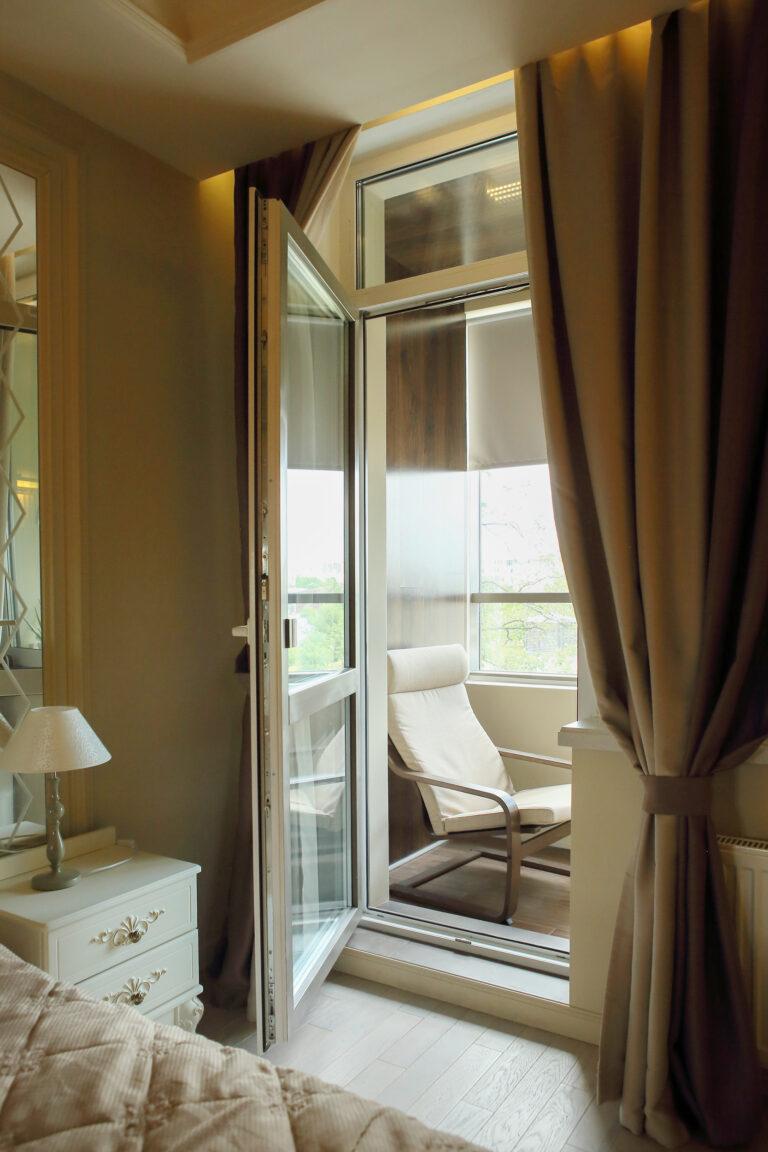 Спальня дизайн вид на балкон
