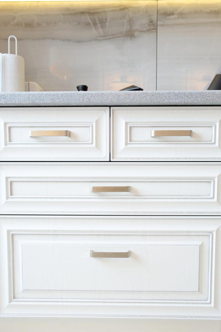 дизайн белой кухни с каменной столешницей